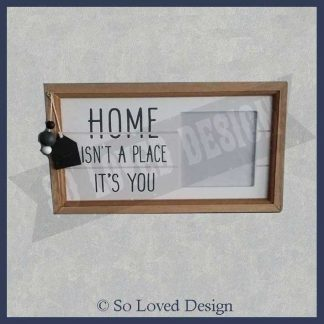 Houten fotolijst links tekst home isn't a place it's you, recht plaats voor foto Copyright So Loved Design
