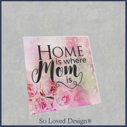 roze bloemen op tegeltje vierkant, tekst home is where mom is
