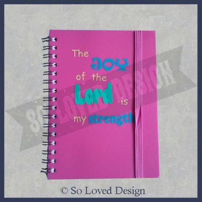 Blanco notitieboekjelicht roze met gekleurde christelijke tekst the joy of the Lord is my strenght copyright So Loved Design