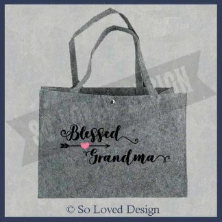 grote tas van vilt grijs, met tekst blesses grandma Copyright So Loved Design